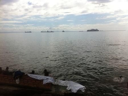 マニラ湾で遊ぶ子ども達.jpg