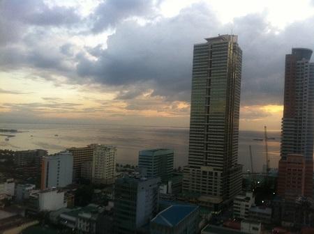 マニラ湾とビル.jpg